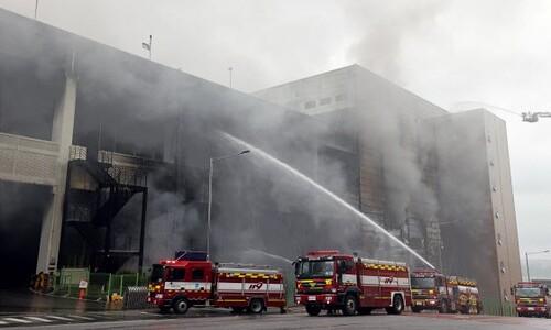 화재 진압 작업 계속하는 이천 쿠팡 물류센터