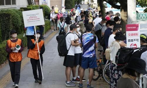 도쿄올림픽 진행요원들 '거리두기 지켜 주세요'