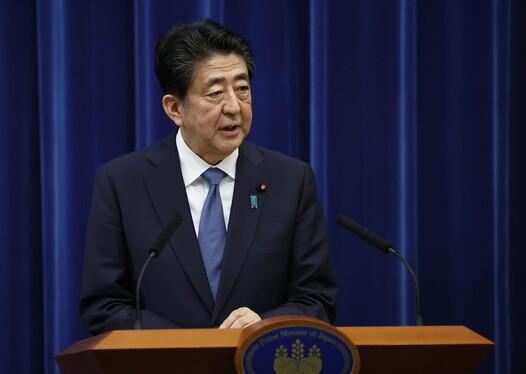 아베 신조 일본 총리는 28 일 도쿄 관저에서 기자 회견을 열고 총리 사임 의사를 공식 발표했다.  도쿄 / 연합 뉴스