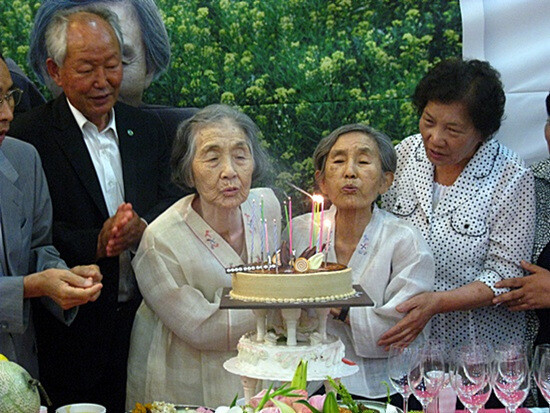 1952년 옥중에서 처음 만난 박정숙(왼쪽 둘째)·김선분(오른쪽 둘째) 선생이 2011년 7월 동고동락 60돌 축하 잔치에서 함께 케잌의 촛불을 끄고 있다. 통일뉴스 제공