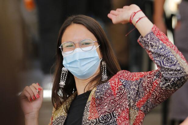 칠레의 제헌의회 선거와 같은 날인 17일 치러진 산티아고 시장 선거에서 승리한 이라시 하슬러(Iraci Hassler 공산당)가 손을 들고 기뻐하고 있다. 산티아고/AFP 연합뉴스