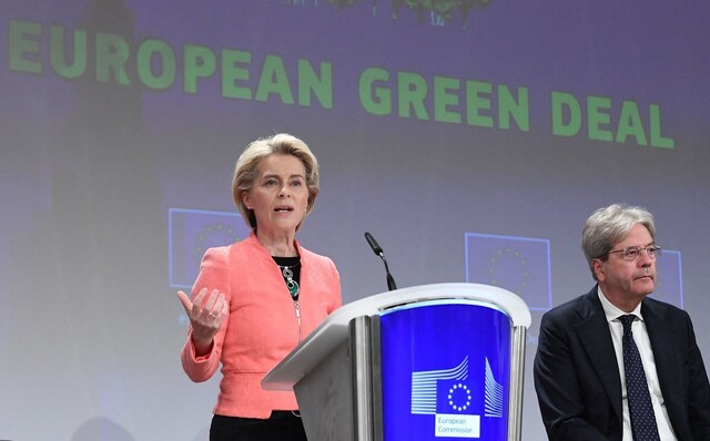 우르줄라 폰데어라이엔 유럽연합(EU) 집행위원장이 7월14일(현지시각) 회원국 밖에서 수입되는 제품에도 탄소배출 비용을 부과하는 내용을 뼈대로 하는 탄소배출 감축 계획인 '피트 포 55'를 발표하고 있다. 브뤼셀/AFP 연합뉴스