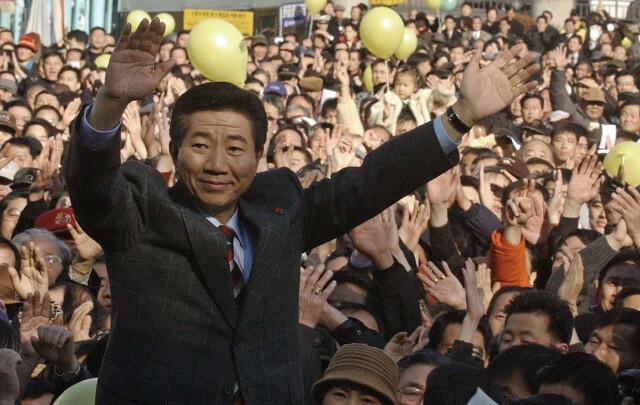 2002년 4월 민주당 대선 후보 광주 경선에서 1위를 차지한 노무현 전 대통령이이 지지자들에게 손을 들어 화답하고 있다.