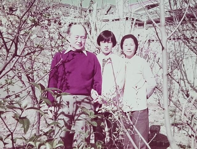 필자의 아버지가 운영했던 서울 응암동 자혜의원 안마당에서 1987년 찍은 가족 사진. 왼쪽부터 박남업·박윤경·주명순님. 박윤경씨 제공