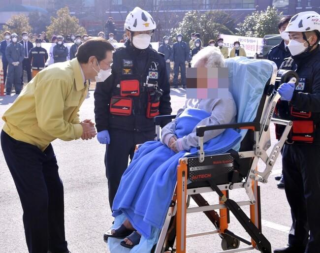 용섭 광주 시장은 지난 2 월 광주 소방 학교 생활 치료 센터를 방문해 코로나 19 검역에서 풀려 난 노인의 안부를 물었다.  광주시 제공