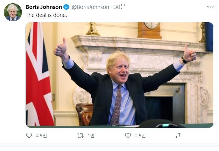 보리스 존슨 영국 총리는 24 일 브렉 시트 전환 기간이 끝나기 일주일 전에 영국과 유럽 연합이 극적인 무역 협정을 맺었다.  협상 완료