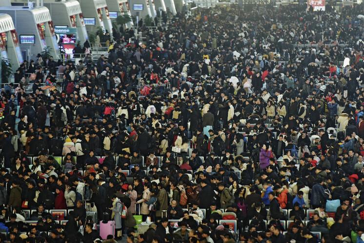 2019년 1월28일 중국 최대 명절 춘절을 앞두고 저장성 항저우역에서 시민들이 기차를 기다리고 있다. 항저우/AP 연합뉴스