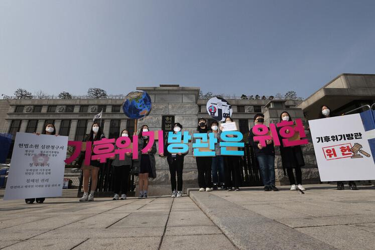 지난해 3월13일 '청소년기후행동' 청소년들이 서울 종로구 헌법재판소 앞에서 기자회견을 하고 있다. 이들은 온실가스 감축 목표를 소극적으로 규정한 현행 법령이 청소년의 생명권과 환경권 등 기본권을 침해한다며 저탄소녹색성장기본법 등이 위헌임을 확인해달라는 헌법소원 심판을 청구했다. 이정아 기자 leej@hani.co.kr