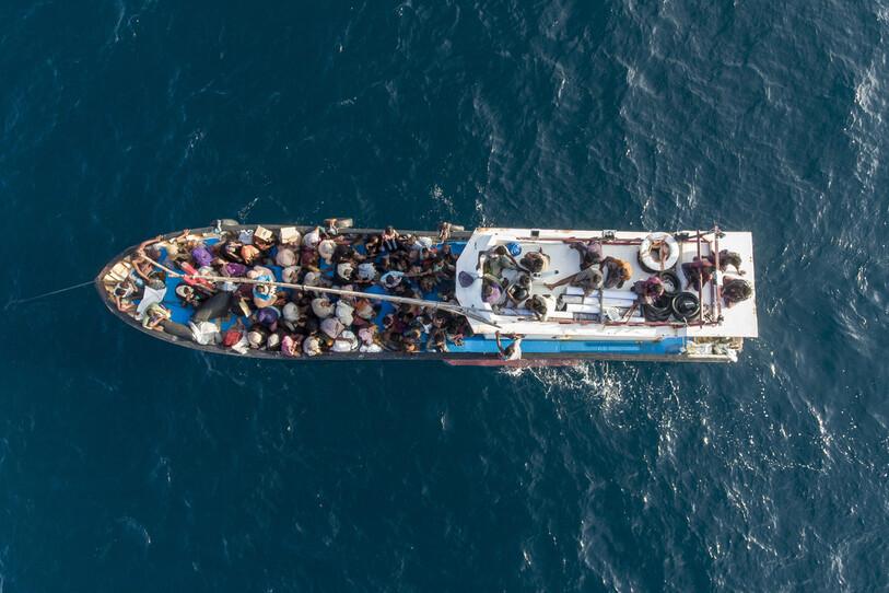2020 년 6 월 24 일, 인도네시아 북부 아체 로토 콘 바다에서 고장난 배를 타고 표류하고 있던로 힝야 족 난민들이 인도네시아의 어부와 관리자에 의해 구조되어 실행 감칠맛 해변으로 향하고있다.  란코쿠 / AP 연합 뉴스