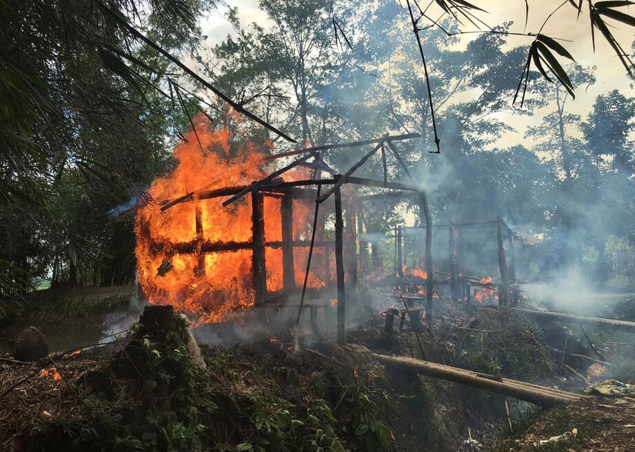 로 힝야 족이 거주했던 도시이다 미얀마 라카 인주 북부 고도 성장 도시로 2017 년 9 월 방화로 추정되는 화재가 발생, 민가가 불타고있다.  라카 / AP 연합 뉴스