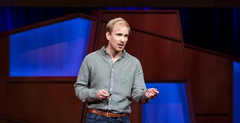 뤼트허르 브레흐만은 2017년 4월 테드(TED) 강의에서 '빈곤과 기본소득'을 주제로 강연했다. 유튜브 제공.
