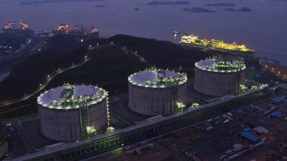 에스케이이엔에스(SK E&S)가 지에스(GS)에너지와 합작으로 충남 보령에 준공해 2017년 1월부터 가동에 들어간 엘엔지(LNG)터미널 인수기지의 저장탱크 모습. 에스케이이엔에스 제공