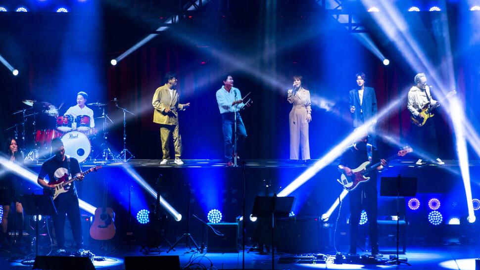 21일 수원 경기아트센터에서 열린 홀로그램 콘서트 '리프리젠트'공연 장면. 경기아트센터 제공
