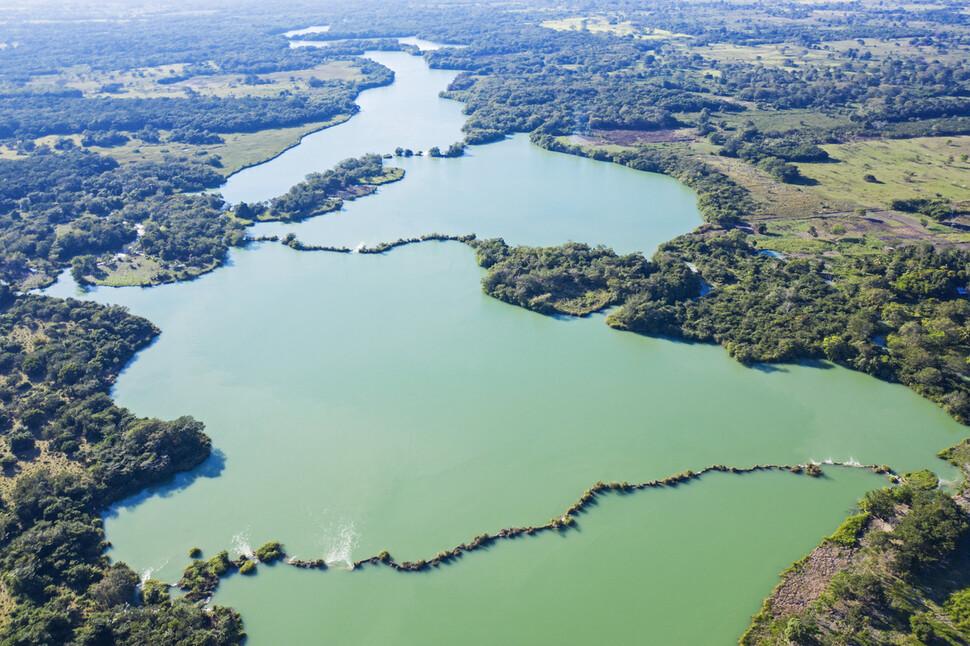 Una vista del río San Pedro que fluye a través de las formas kársticas fundidas de piedra caliza.  El paisaje es como una presa natural.  Atribución de Octavia Aburto-Oropisa.