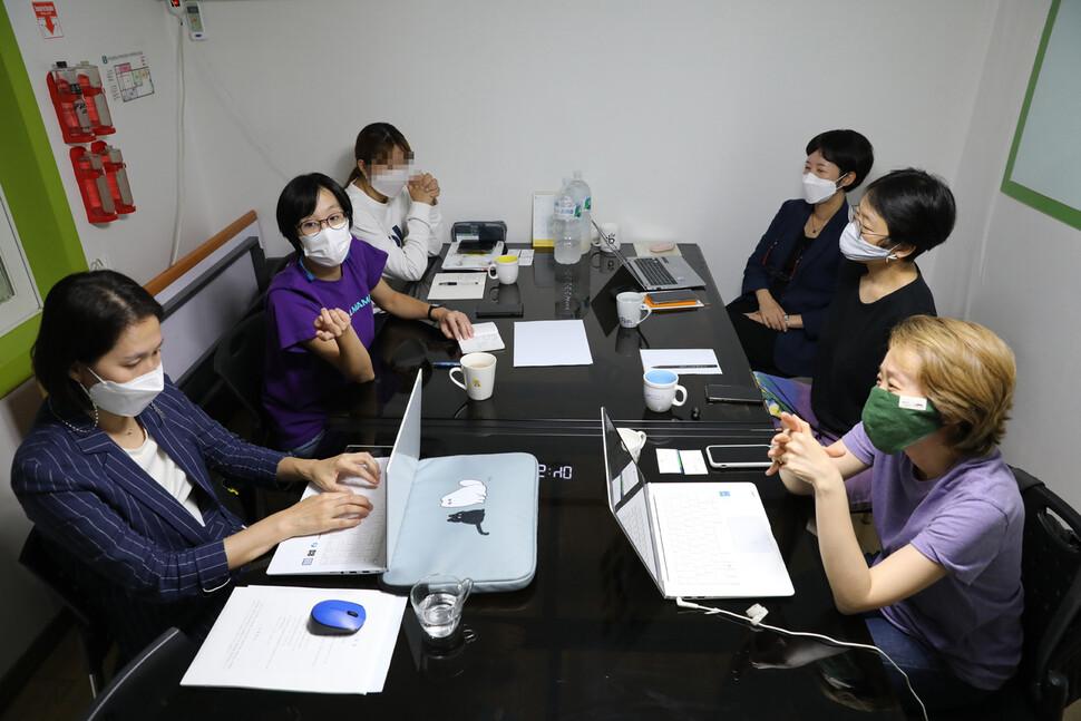천안 아동 학대 사망 사건을 해결해 보려고 모인 사람들이 9 월 3 일 대담을 마친 뒤 함께 사진을 찍어 뒷이야기를 나누고있다.  장 철 규 선임 기자 chang21@hani.co.kr