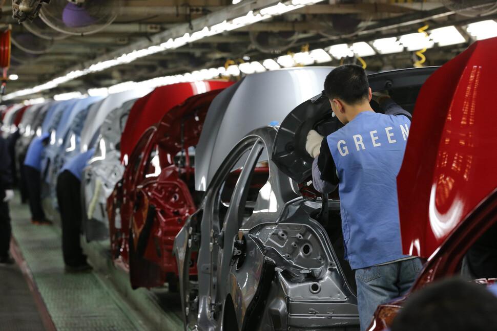 자동차 산업에서 비정규직 노동자는 이에스지(ESG) 전환 과정에서 가장 큰 타격을 받는 계층이다. 국내 한 완성차 제조업체에서 비정규직 노동자가 일을 하고 있다. 울산/김태형 기자