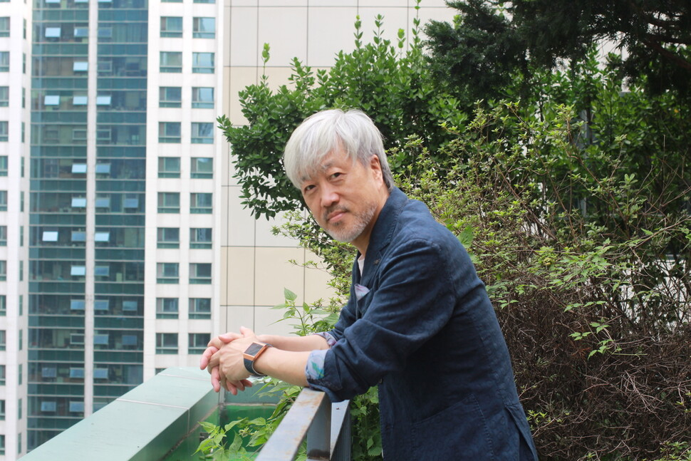 봄여름가을겨울 김종진이 13일 강남구 도곡동의 한 카페에서 인터뷰한 뒤 사진 촬영을 하고 있다. 정혁준 기자
