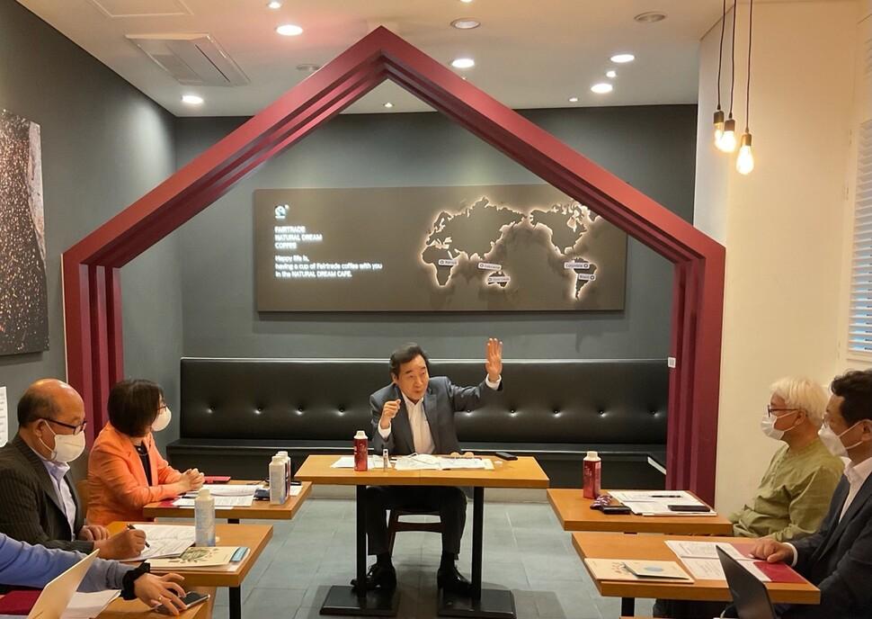 이낙연 전 국무총리가 지난 18일 서울 강남구 자연드림 대치점에서 사회적 경제 단체들과 간담회를 하고 있다.