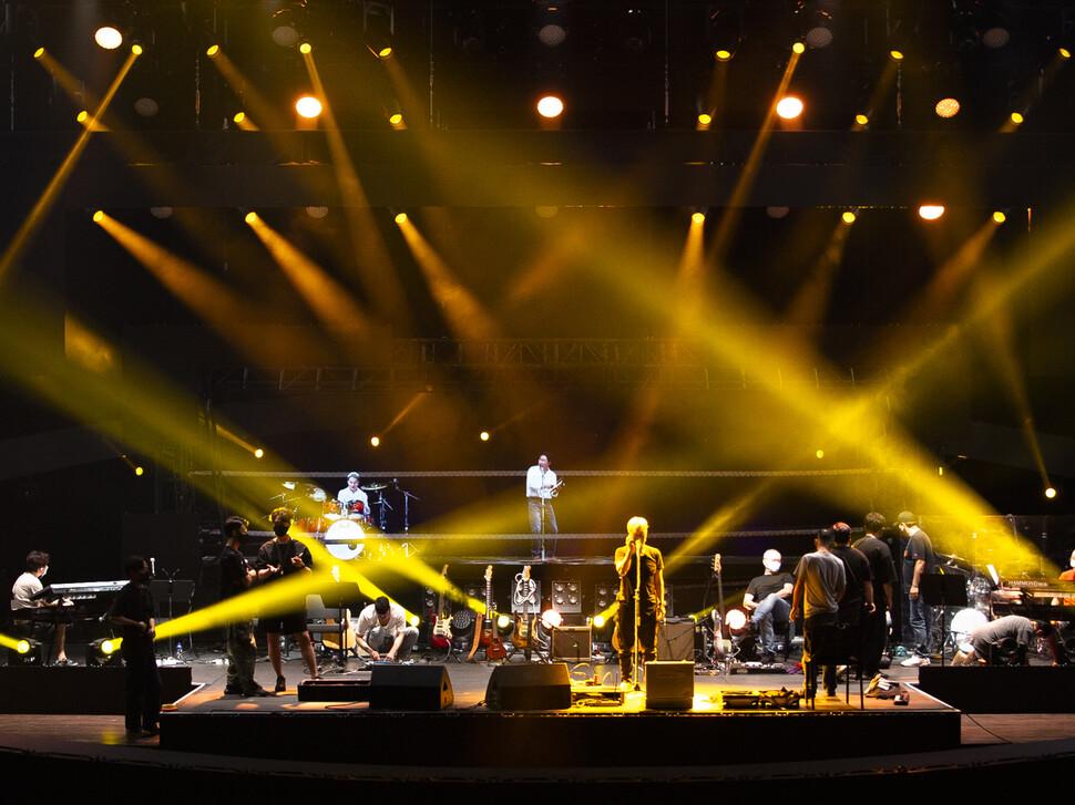 21일 수원 경기아트센터에서 열린 홀로그램 콘서트 '리프리젠트'공연 준비 장면. 경기아트센터 제공