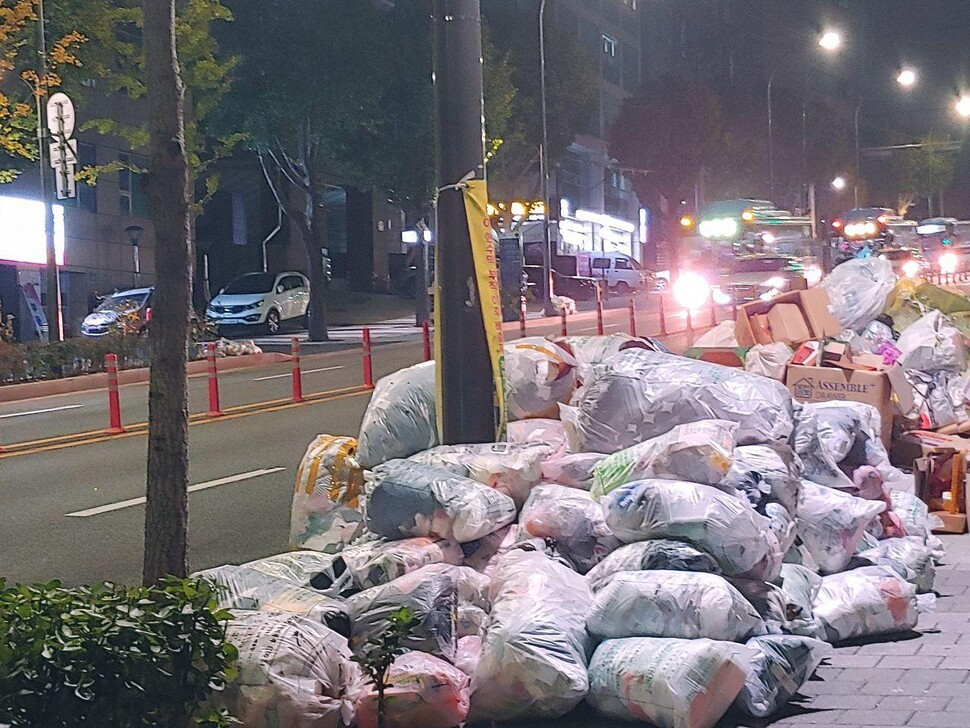 지난 21 일 밤 11 시께 서울 마포구 분리 배출 날짜에 맞춰 거리에 놓인 일반 쓰레기와 재활용들.소쿠진후이 기자