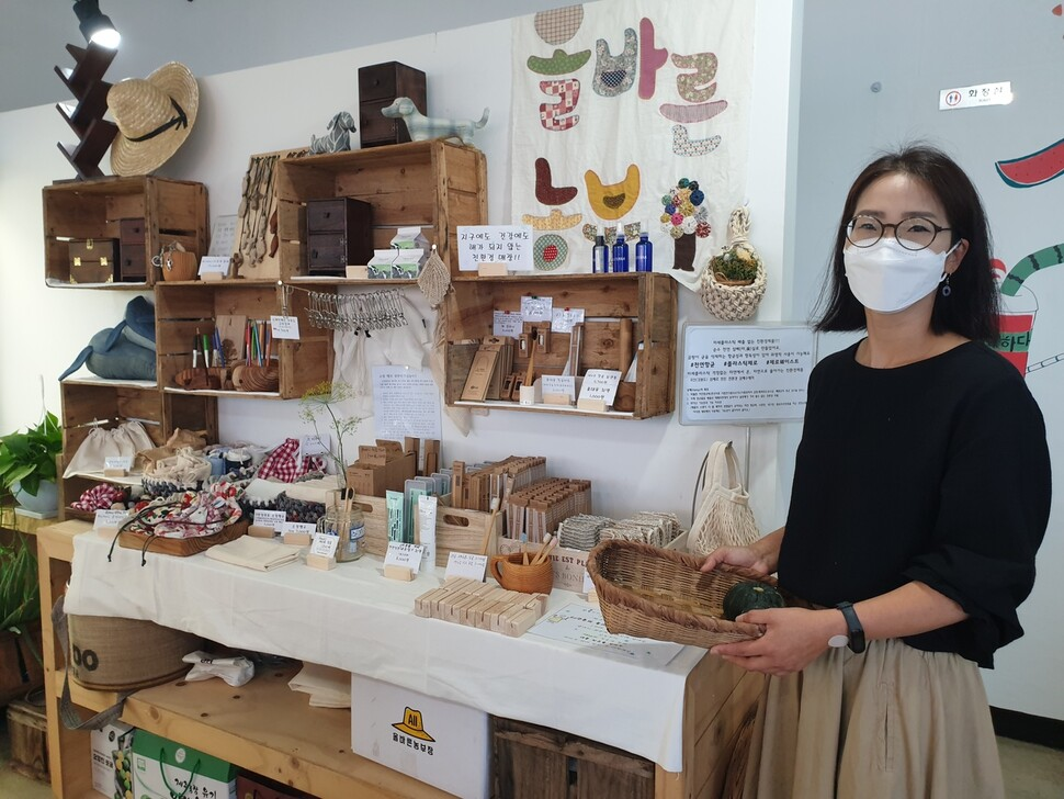 지난 16일 제주시 애월읍의 한 영농조합법인이 만든 올바른농민상회에서 지역 주민이 친환경 상품을 소개하고 있다. 연합뉴스
