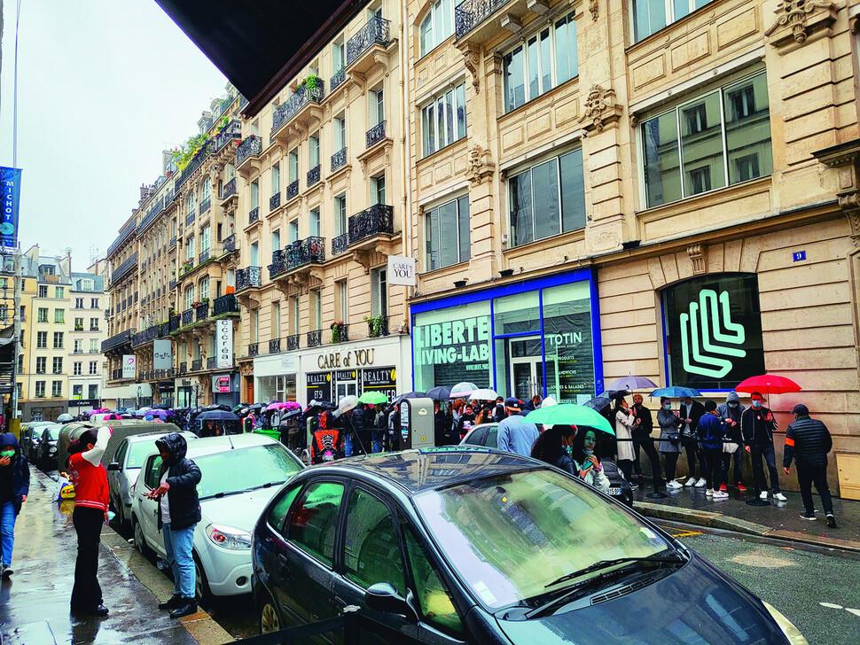 넷플릭스가 3일 프랑스 파리에 설치한 '오징어 게임' 팝업스토어 앞에 대기줄이 길다. 연합뉴스