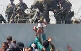 「子どもだけでも…」鉄条網越しに子どもを渡すアフガン人、軍人も涙