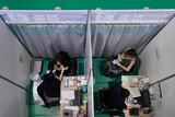 「打ちたいが時間ない」ワクチン予約で悩む人々=韓国